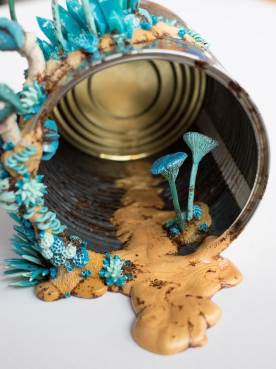Stephanie Kilgast arte esculturas discarded objects lixo tomados pela natureza coloridos surreais hiper realistas