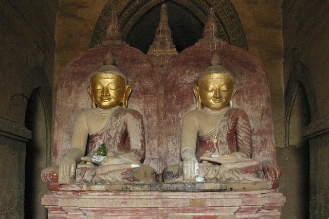 Ananda cũng là ngôi đền không có bậc thang lên đỉnh tháp, tại căn phòng trung tâm có 4 bức tượng Phật cao hơn 9m mạ vàng đại diện cho 4 vị Phật đã đạt tới niết bàn, cụ thể Phật Kassapa ở phía Nam, Phật Kakusandha ở phía Bắc, Phật Konagamana ở phía Đông và Phật Gautama ở phía Tây. Phía trước hình ảnh của Phật Gautama là hai bức tượng sơn mài. Một là của vua Kyanzittha – người đã cho xây dựng Ananda và một là Shin Arahan – nhà sư từ vương quốc Thaton đã biến vua Anawrahta thành Phật giáo Theravada.