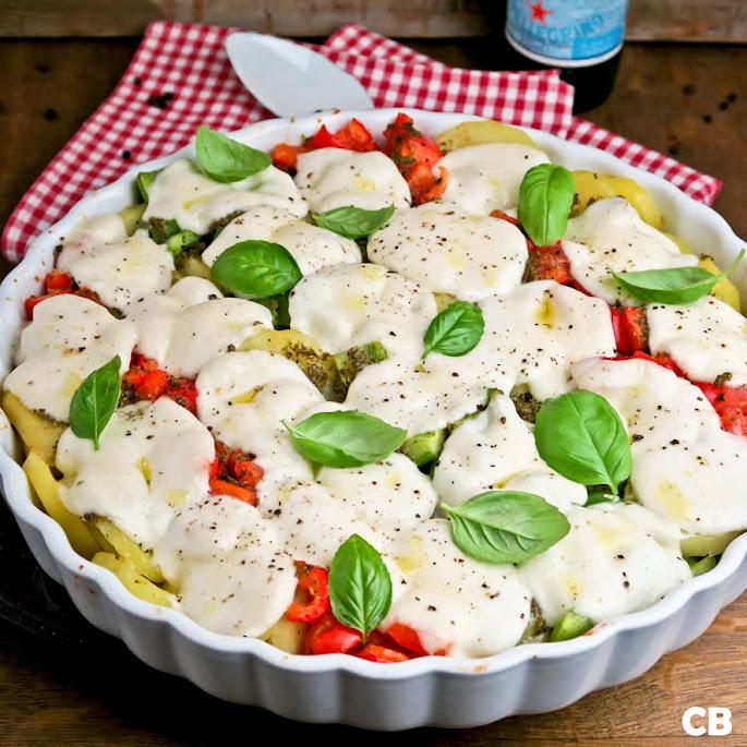 Zomerse mozzarellaschotel met paprika, tomaat en aardappel