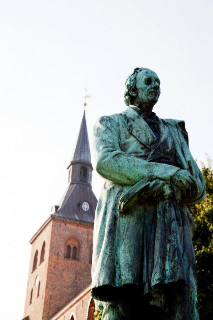 estátua de Hans Christian Andersen em Odense, Dinamarca