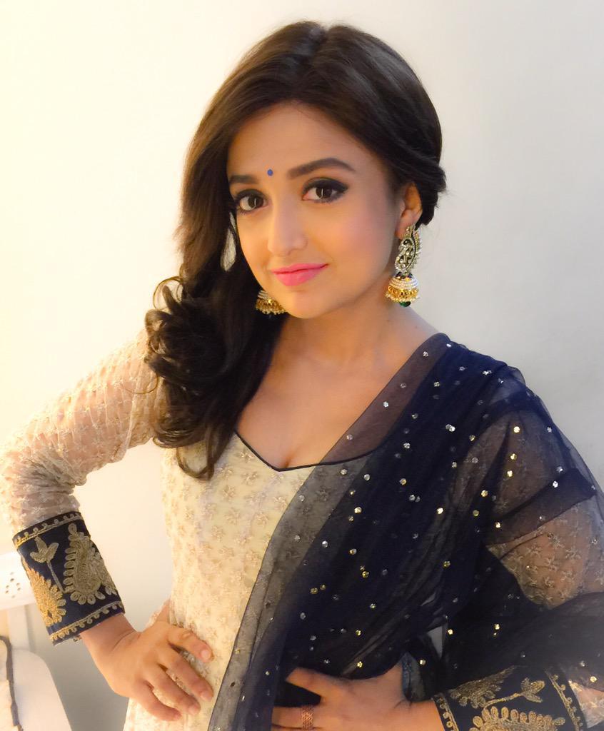 monali-thakur-most-beautiful-singer