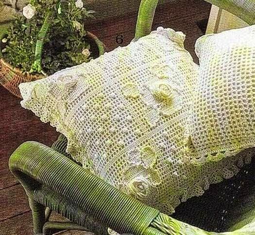 Almohadones tejidos al crochet técnica filet y flores aplicadas