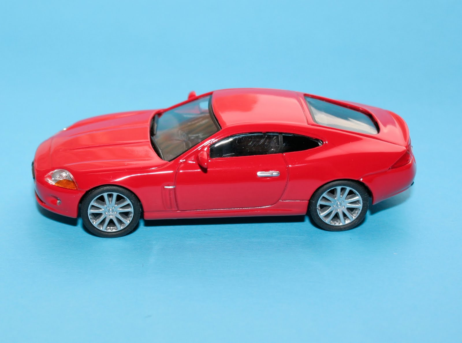 Incredible Mini Garage: Jaguar XK 2005 Greenlight 1/64
