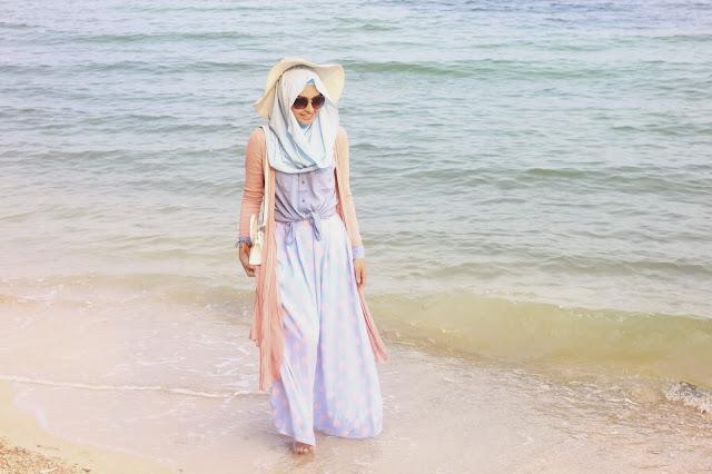 Begini Tips Mengenakan Baju Muslim Wanita Terbaru Saat ke Pantai