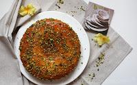 Torta di ricotta con salsa di albicocche e granella di pistacchio