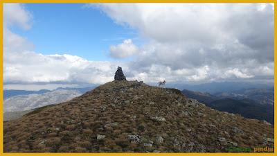 Vistas al hito de cumbre del Pico Penouta