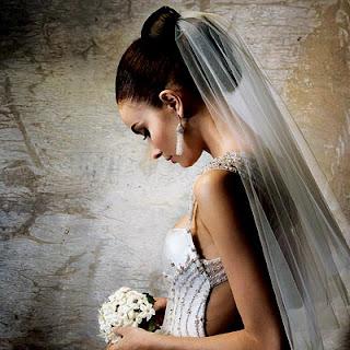 Co zamiast welonu? Ślubne nakrycia głowy: welony, toczki, fascynatory, stroiki, wianki, opaski...
