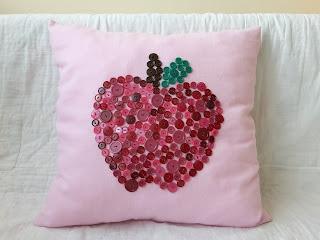 poduszka z jabłkiem, różowa poduszka, guziki
