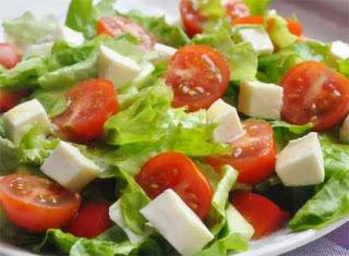 сыр и поливаем салат заправкой.