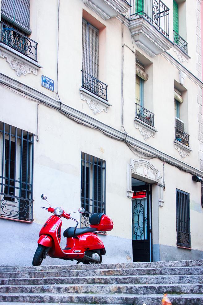 Moto Roja en una calle de Madrid, 2014
