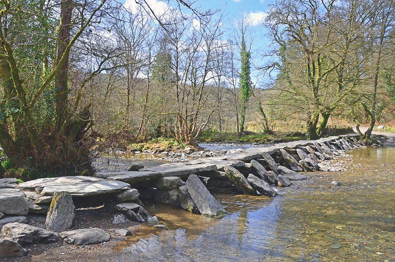 El antiguo puente de piedra Tarr Steps | Reino Unido