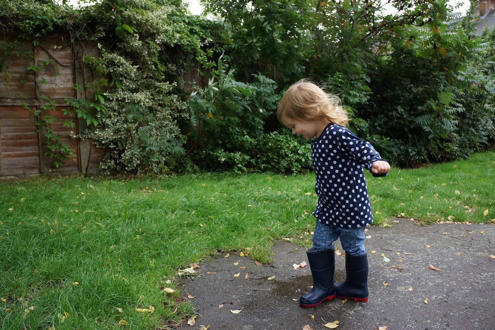 puddle jumping in muddy puddless classic wellies navy