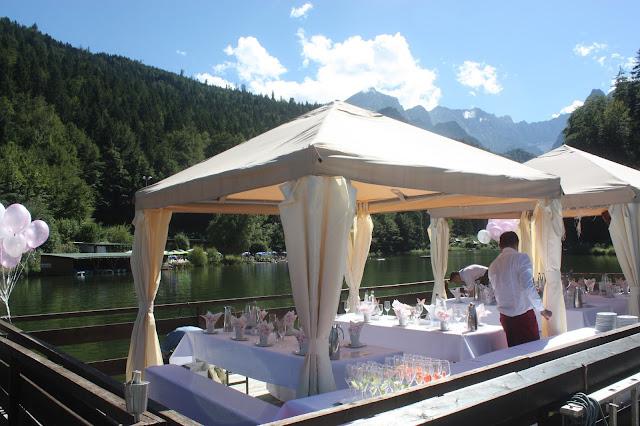 Floßfahrt auf dem Riessersee - Schleierkraut-Wolken in rosa und weiß - Sommerhochzeit in Bayern, Garmisch-Partenkirchen, Riessersee Hotel, Hochzeitshotel, Babies breath wedding