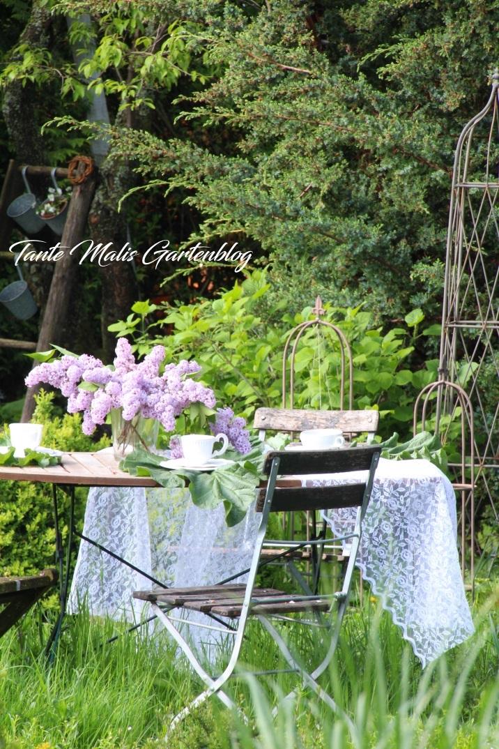 Gartensitzplatz im Mai