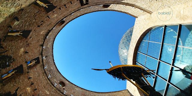 Intérieur du musée Dali dans le patio à Figueres