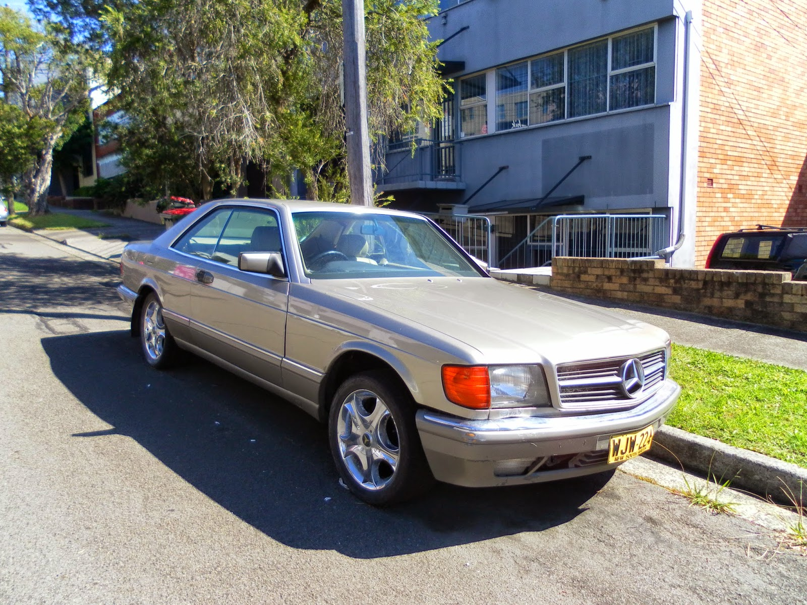 aussie old parked cars 1984 mercedes benz w126 500 sec. Black Bedroom Furniture Sets. Home Design Ideas