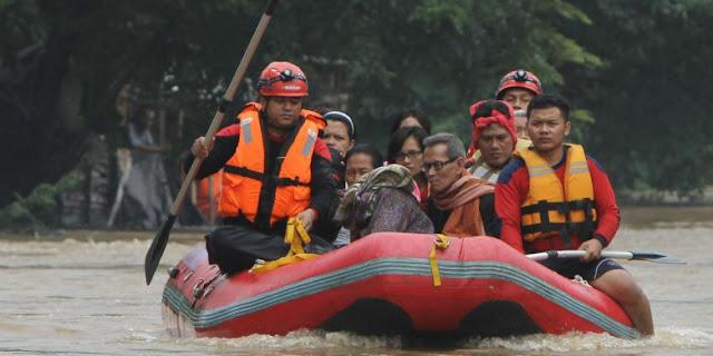 Saat evakuasi korban terdampak banjir dengan perahu karet