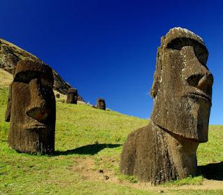 Photo de 2 statues en gros plan de l'Île de Pâques