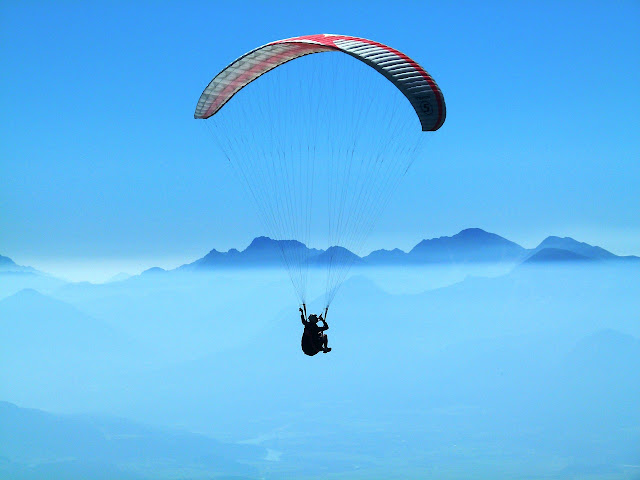 Skok ze spadochronem czy na bungee?