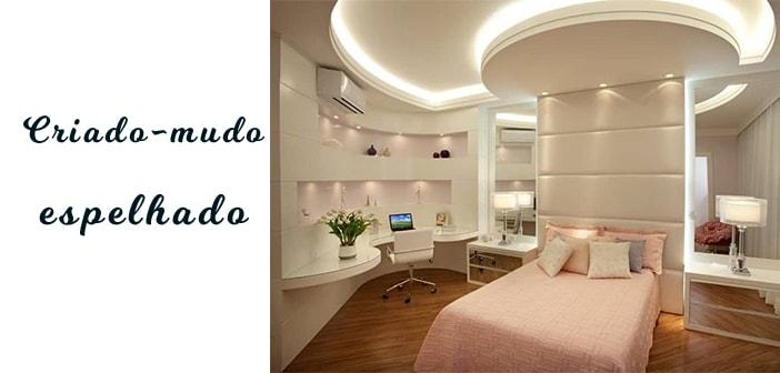 quarto moderno com criado-mudo espelhado e decoração rosa