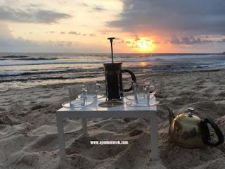 Persiapan kopi menyambut matahari tenggelam di Pantai Ngudel