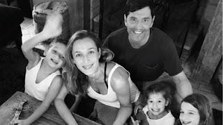 Ο Σάκης Ρουβάς πήγε με την οικογένειά του στα Λουτρά Πόζαρ και είναι ένας τρισευτυχισμένος σύζυγος και μπαμπάς