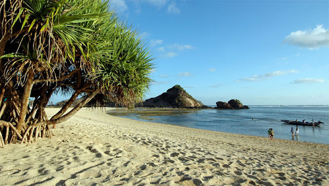 Lanskap Indah Pantai Kuta Lombok dari Bukit Mandalika