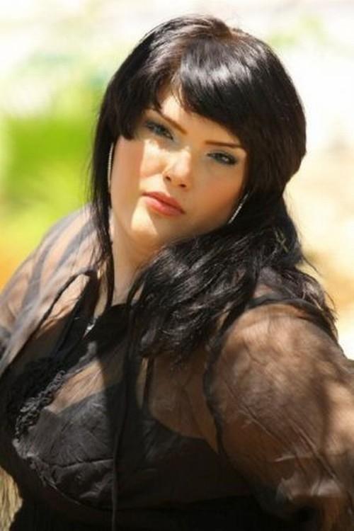фото девушка толстая брюнетка снимает кофточку