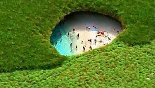 Woow..Terdapat Pantai yang Indah Dalam Sebuah Lubang