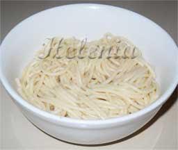 Отвариваем спагетти.