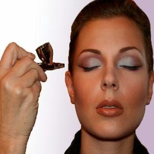 mujer maquillada con aerografo