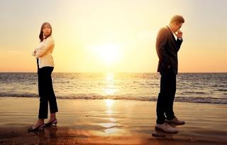 Pareja en la playa alejándose por dependencia emocional