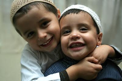 2 anak kecil tersenyum