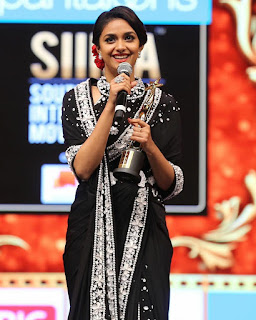 Keerthy Suresh in Black Saree Giving Speech at SIIMA Awards 2019 3