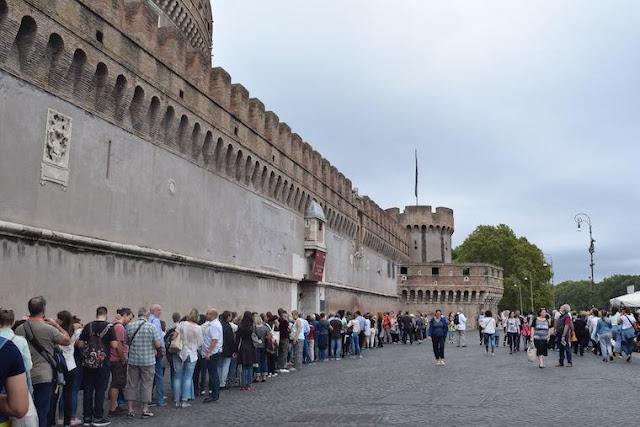 Filas para a compra de ingressos para o Castelo de Santo Ângelo