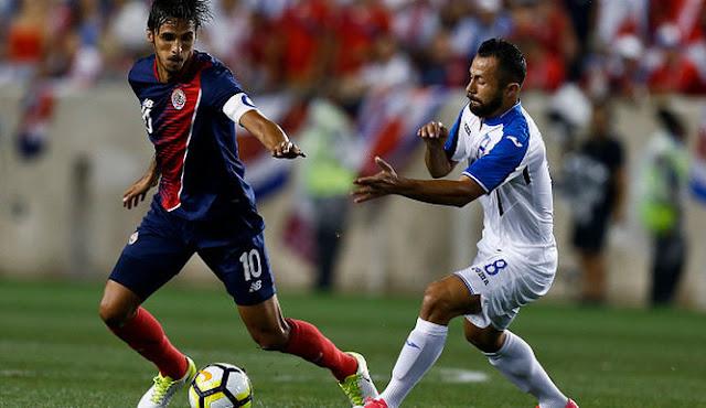 Bryan Ruiz de la selección de Costa Rica disputa un balón con Alfredo Mejía de Honduras en la Copa de Oro 2017