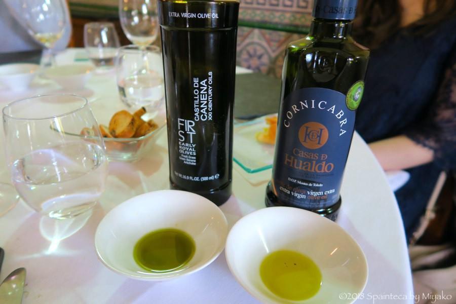 トレドの郷土料理レストランでオリーブオイルの試食