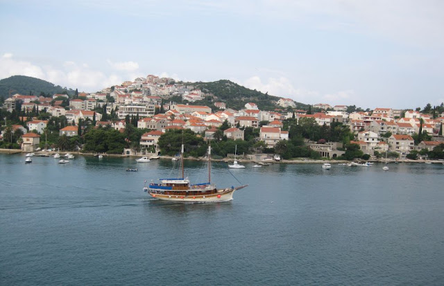 Motorsegler vor der kroatischen Küste nahe Dubrovnik