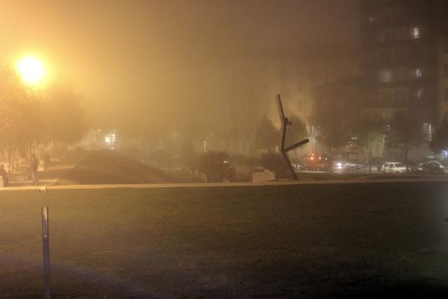 El parque de Lasesarre en un día de niebla