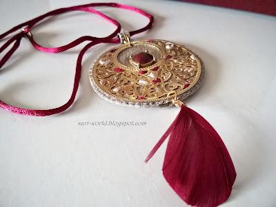 Medalion z bordowym oczkiem