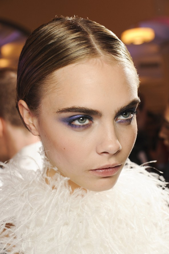 Beleza e maquiagem da Paris Fashion Week. Cara Delevingne no desfile do Jason Wu