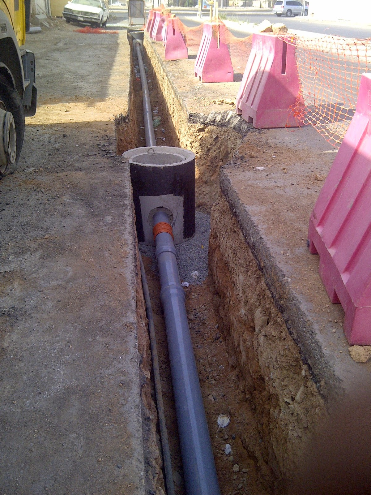 ملامح في الصرف الصحي تثبيت المواسير وعمل طبقة من الخرسانة بحص