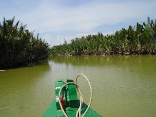 Navegando en barco por Hoi An, Vietnam