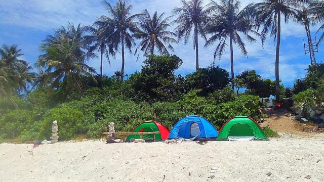 Cắm trại trên bãi cát với view biển cực thích