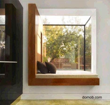 Ventana exterior con vidriera y cama