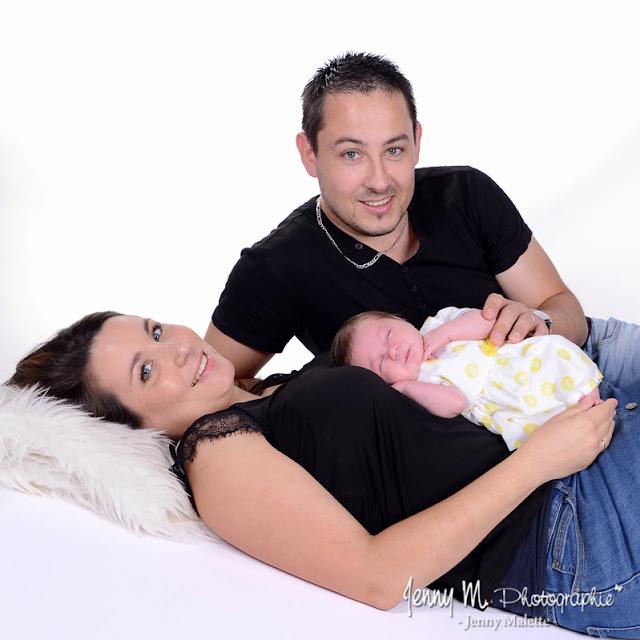 Portrait de famille photo papa maman et bébé, shooting studio