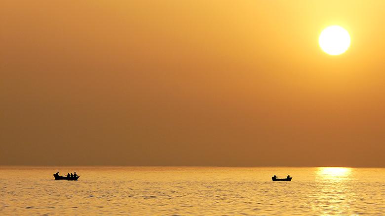 la faena de los pescadores al atardecer