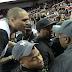 Chris Brown discute con fanático en juego de baloncesto (VIDEO)