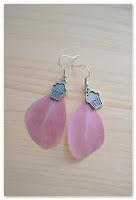 boucles d'oreilles plumes roses et breloque muffin