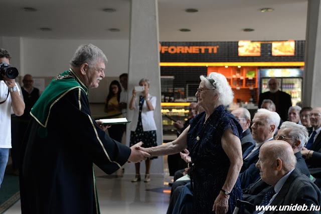 Arany, gyémánt és rubin okleveleket adományozott egykori hallgatóinak a Mezőgazdaság-, Élelmiszertudományi és Környezetgazdálkodási Kar.